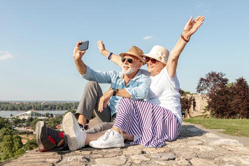 Casal de idosos tirando foto